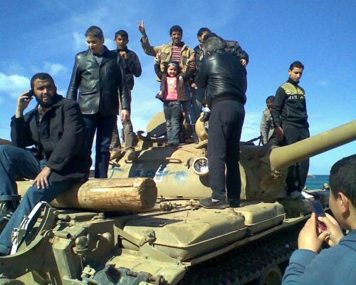 Des gens sur un char à Benghazi (Wikipedia/CC)